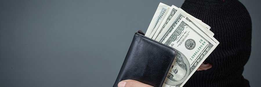 Hombre-robando-y-mostrando-el-dinero