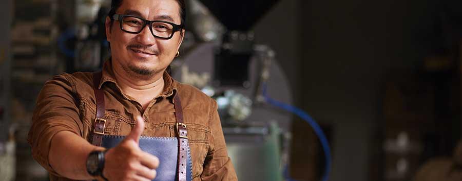 Emprendedor sonriendo Despues de la instalacion de su punto de venta
