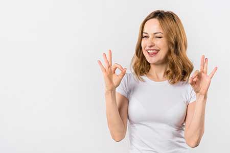 Mujer diciendo okay con las manos